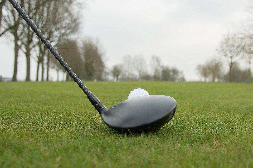 Przestrzegaj tych zasad bezpieczeństwa, a także podstawowych zasad golfa i wskazówek, aby grać w golfa na najwyższym poziomie